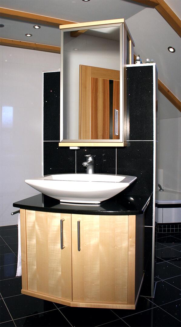 Waschbecken mit Vollholz unterbau und Spiegelschrank