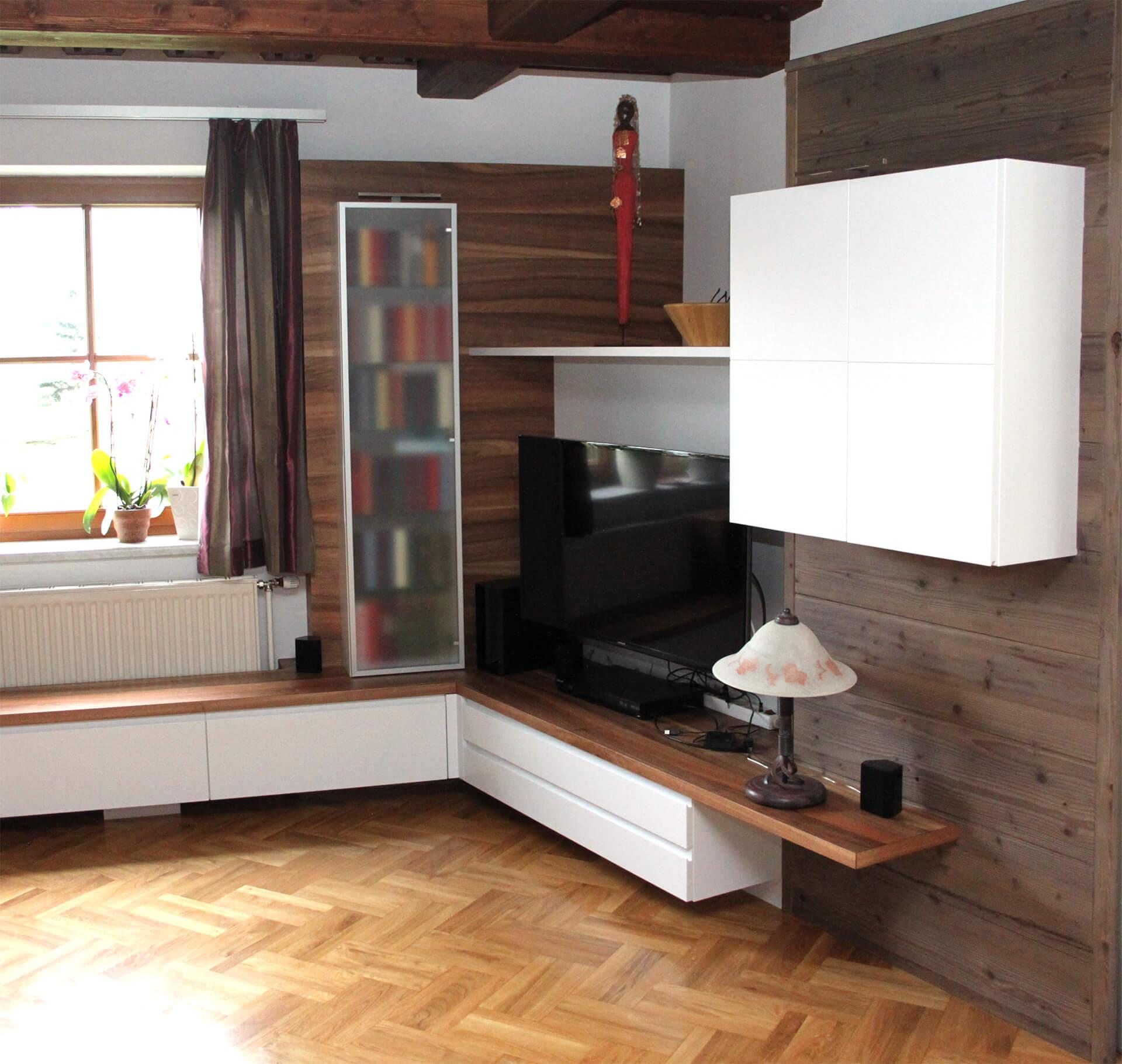 Wohnwand mit Nuss und Altholzelementen