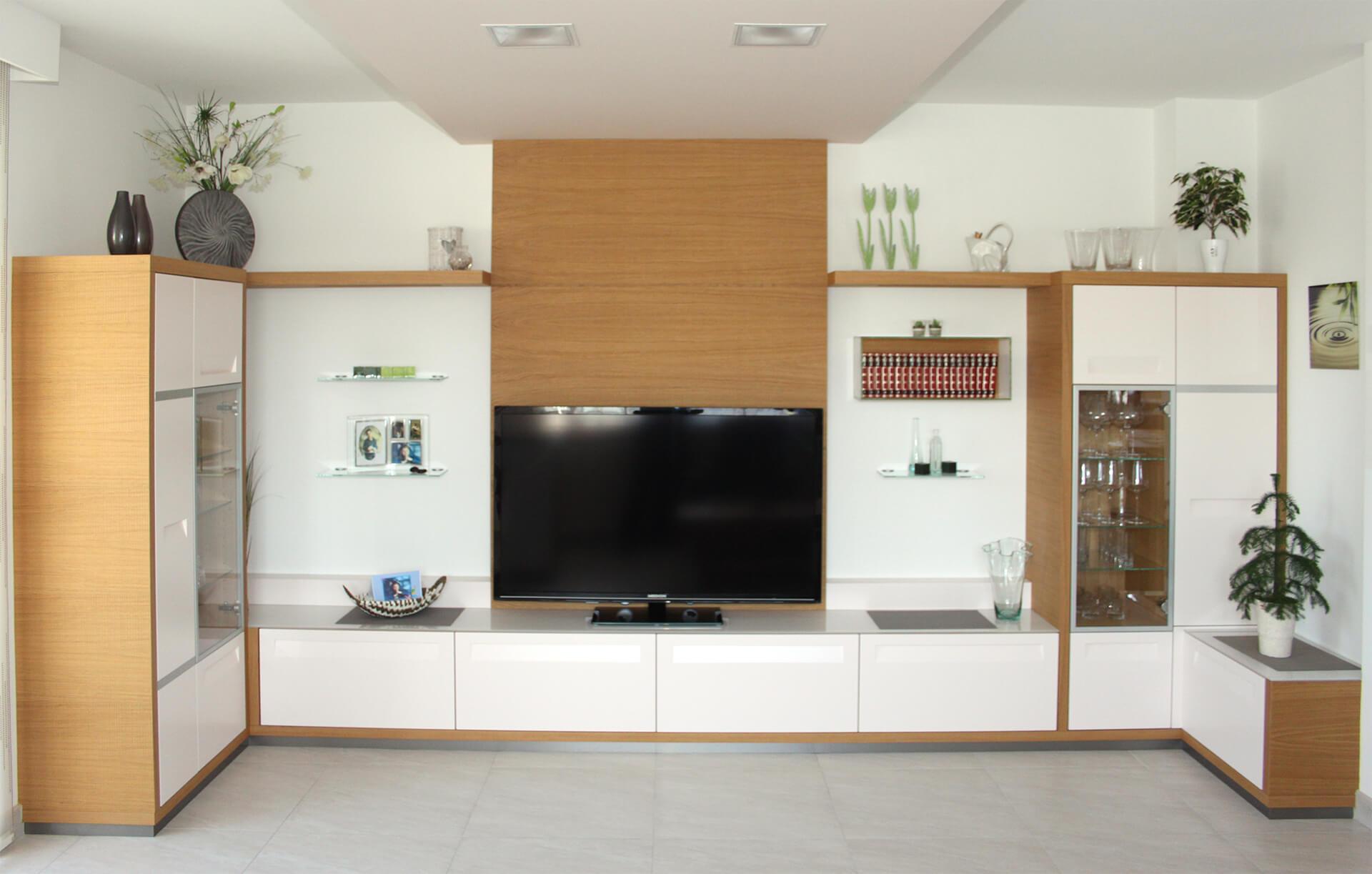 Wohnwand in Weiß lackiert mit Eiche kombiniert